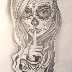 Frau mit Schädel gezeichnet